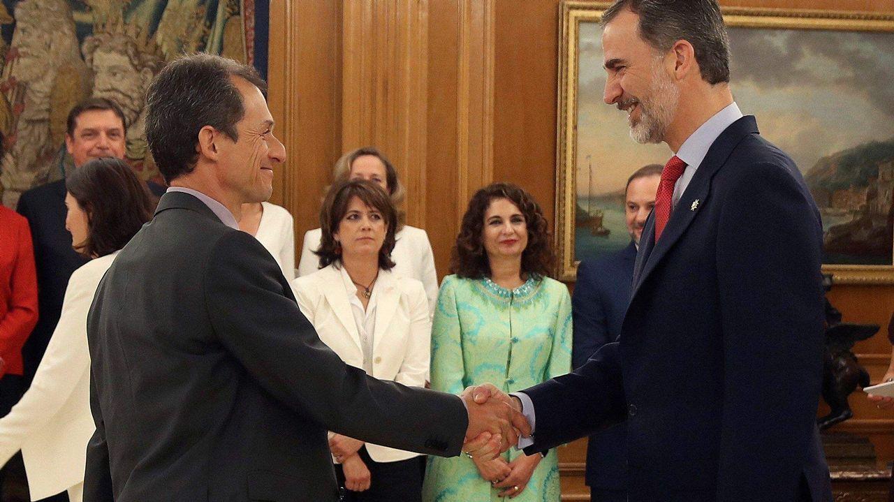 La vicepresidenta del Gobierno, ministra de la PResidencia, Relaciones con las Cortes e Igualdad, Carmen Calvo, recibe la cartera de manos de su antecesora Soraya Sáenz de Santamaría