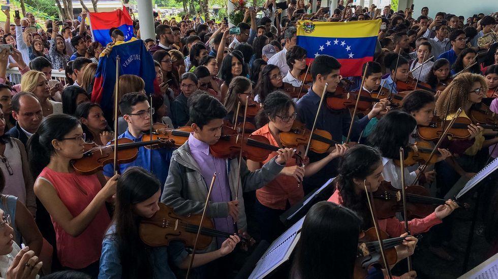 Alumnos, padres, docentes y la patronal de los colegios exigen a la Consejería de Educación el derecho a elegir centro y protestan contra el recorte de unidades en la concertada.Playa de Rodiles