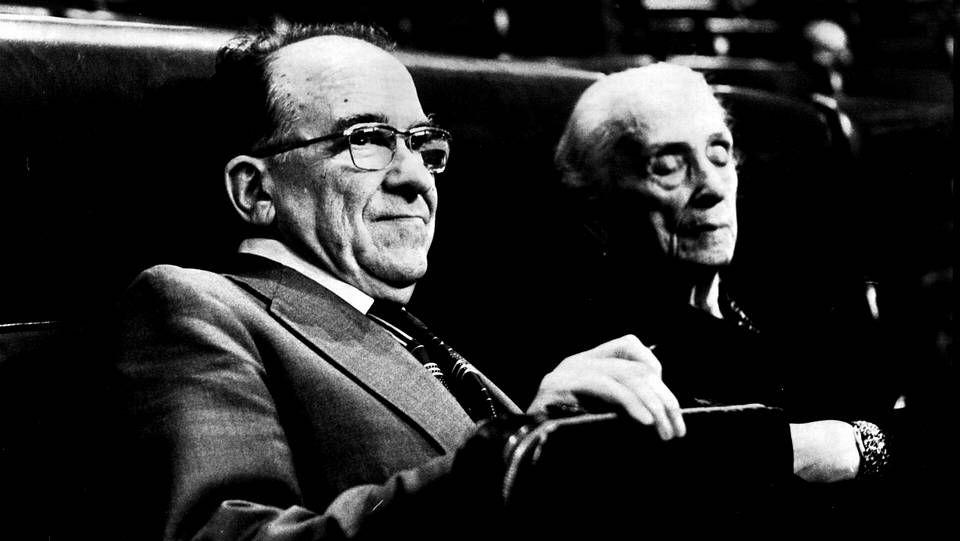 Carrillo, con La Pasionaria, en sus escaños