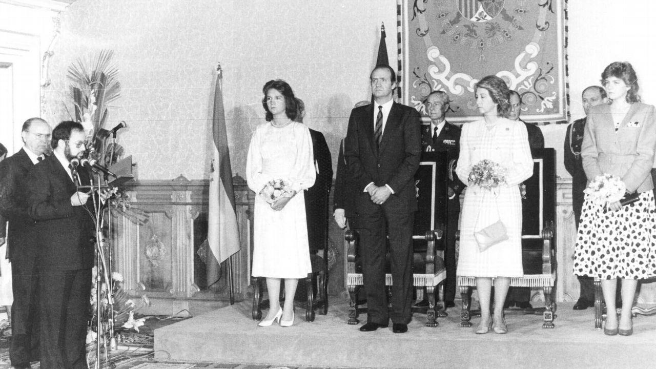 .La familia real española en un acto del gobierno de la Xunta. Habla Xosé Luis Barreiro Rivas y detrás se sitúa el presidente de la Xunta, Fernández Albor.