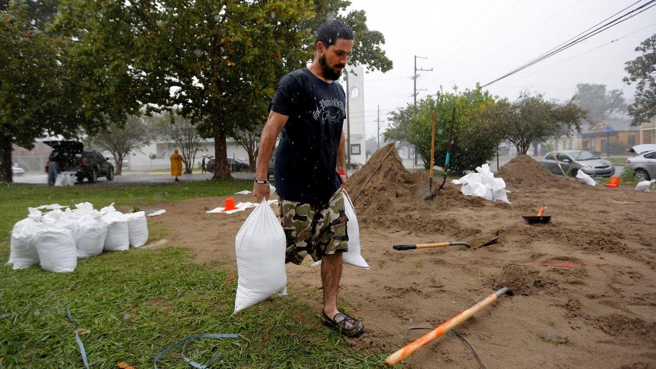 Haley Nelson se lamenta ante su casa en Panamá City de las pérdidas que le ocasionó el huracán Michael