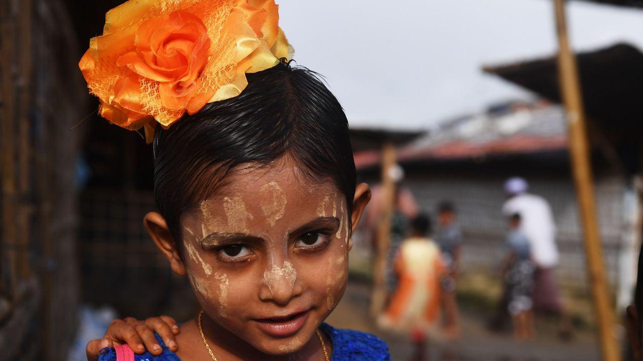 Una joven refugiada rohingya posa con sus nuevas ropas y la cara pintada en Bangladesh