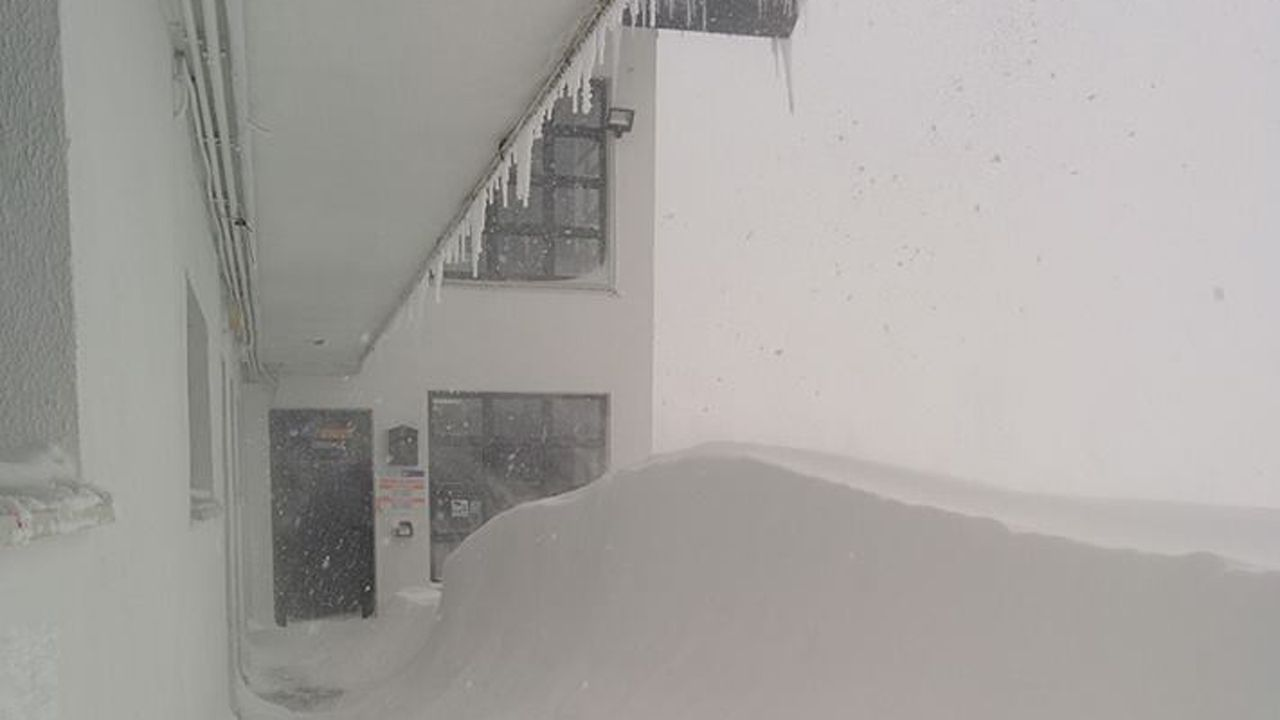 La nieve dificulta el tráfico en la autopista del Huerna.La estaciones de esquí permanecen cerradas. La nieve en Valgrande-pajares rebosa hasta casi sobrepasar la planta baja de los edificios