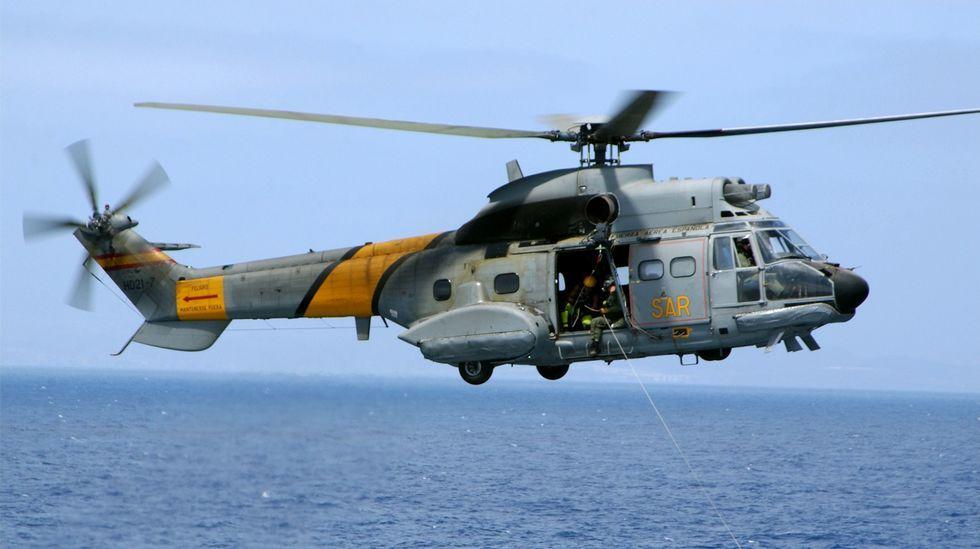 ¿Qué sistemas tiene el helicóptero accidentado en un caso de emergencia?.Uno de los barcos que participan en la búsqueda de los militares desaparecidos