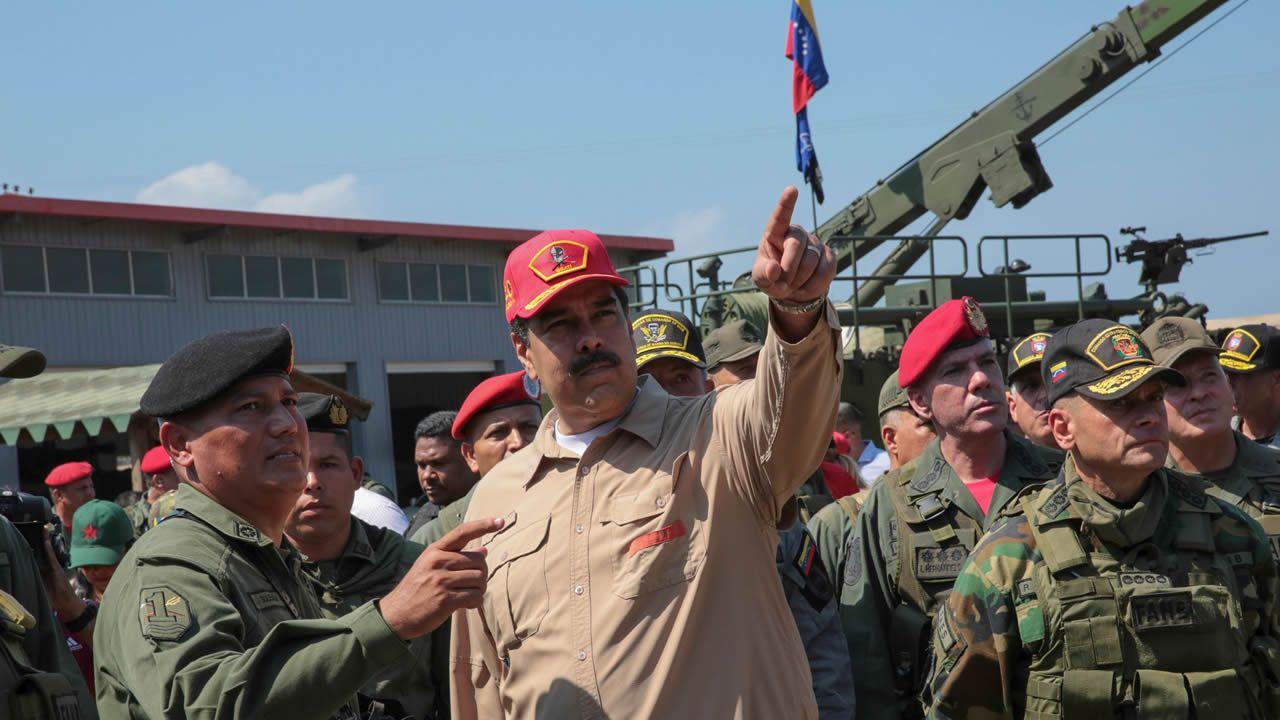 Nicolás Maduro canta «Que viva España».La presidencia difundió fotos de Maduro en las que llamó las maniobras mas importantes en 200 años