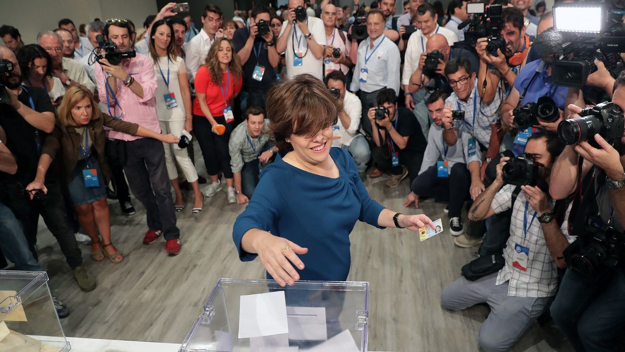 Cospedal depositando su voto para elegir al sucesor de Rajoy.