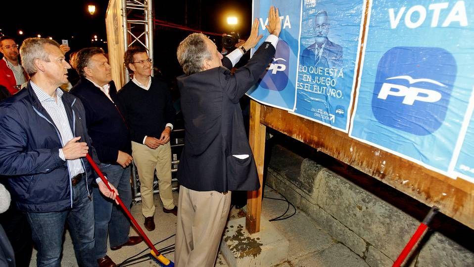 Miguel Ferreiro y Albeto Núñez Feijoo saludan a los asistentes.
