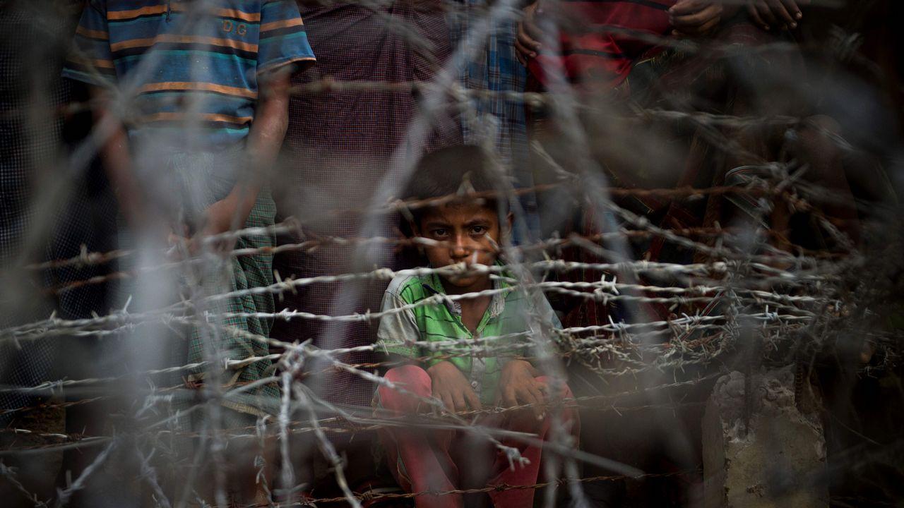 .Niños refugiados rohingya tras una zona alambrada en Myanmar