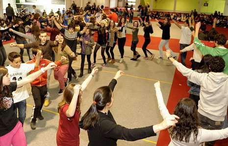 Tequexeteldere impartirá un año más talleres de baile y cultura gallega en los institutos.