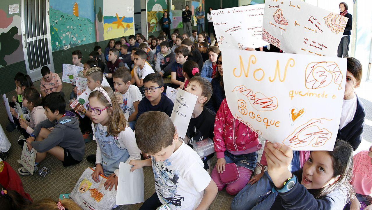 Protesta en los colegios de Rianxo por el incendio.Niños del colegio Brea Segade