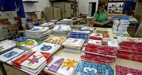 La recogida de los manuales del banco de libros municipal empezó ayer con su traslado a la Casa Azul para hacer los lotes.