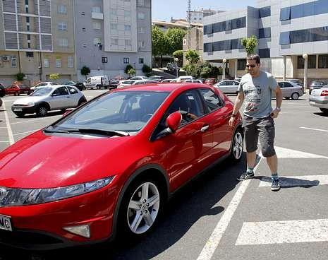 Juan y Sergio, a la salida. Una hora después, llegada a Santiago, tras dejar a Juan y cambiar de coche en Sigüeiro.
