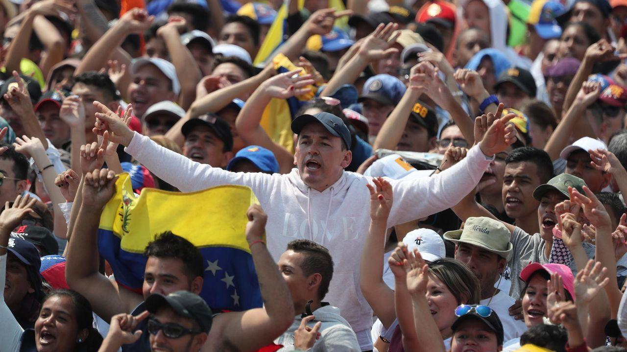Asistentes disfrutan del concierto en el puente fronterizo de Tienditas, en Cúcuta