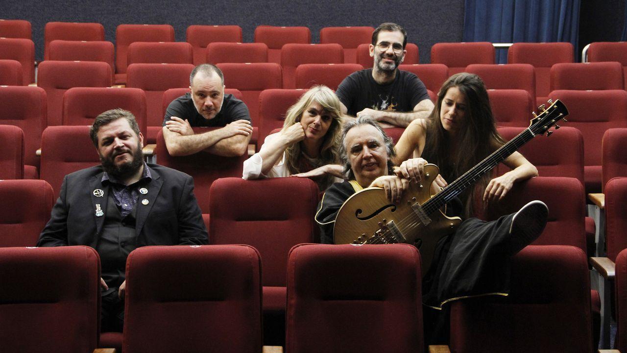 .Sérgio Dias (con la guitarra) junto a la formación actual de Os Mutantes