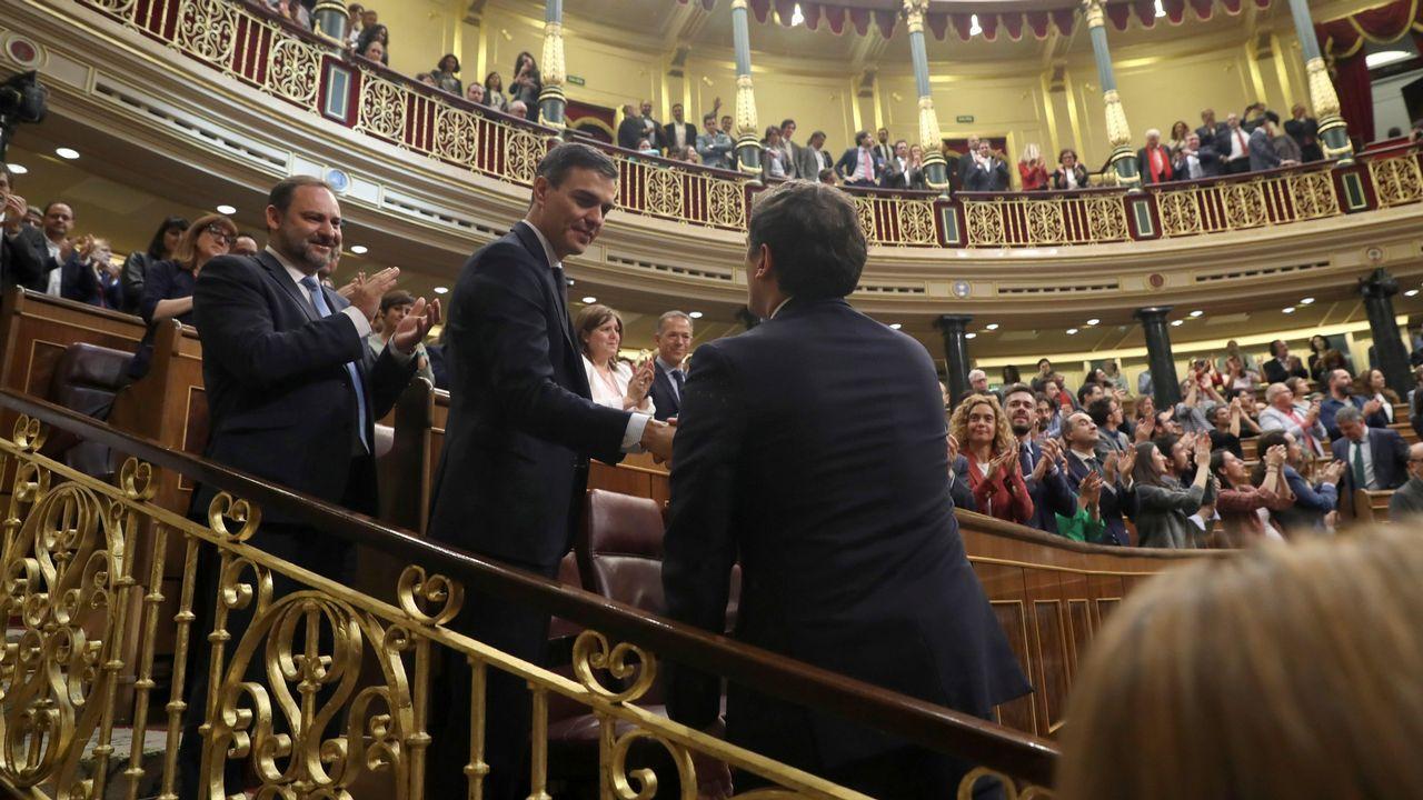 Pedro Sánchez saluda a Rafael Hernando.