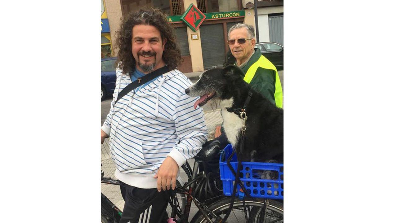 Raffa Fernández y su perra Neska, en bicicleta
