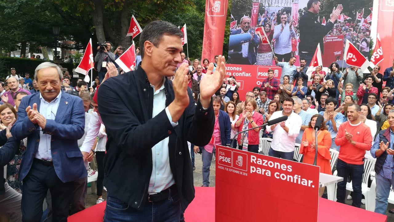 El alcalde de Oviedo, Wenceslao López, y el presidente del Gobierno, Pedro Sánchez, en Oviedo, donde el líder del PSOE inicia su campaña de reivindicación de los logros de su Gobierno