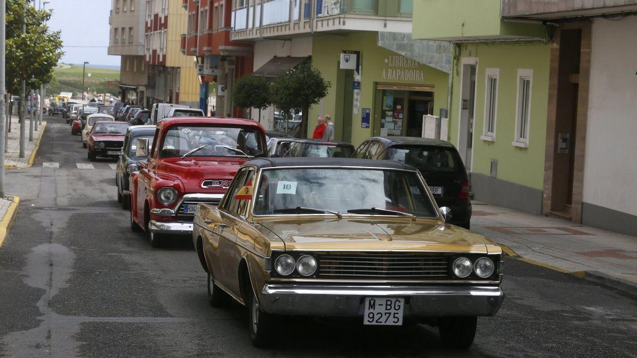 Las imágenes de la Bandeira Concello de Vilagarcía de Traíñas.El coche en el que viajaban las víctimas quedó destrozado tras chocar contra un camión