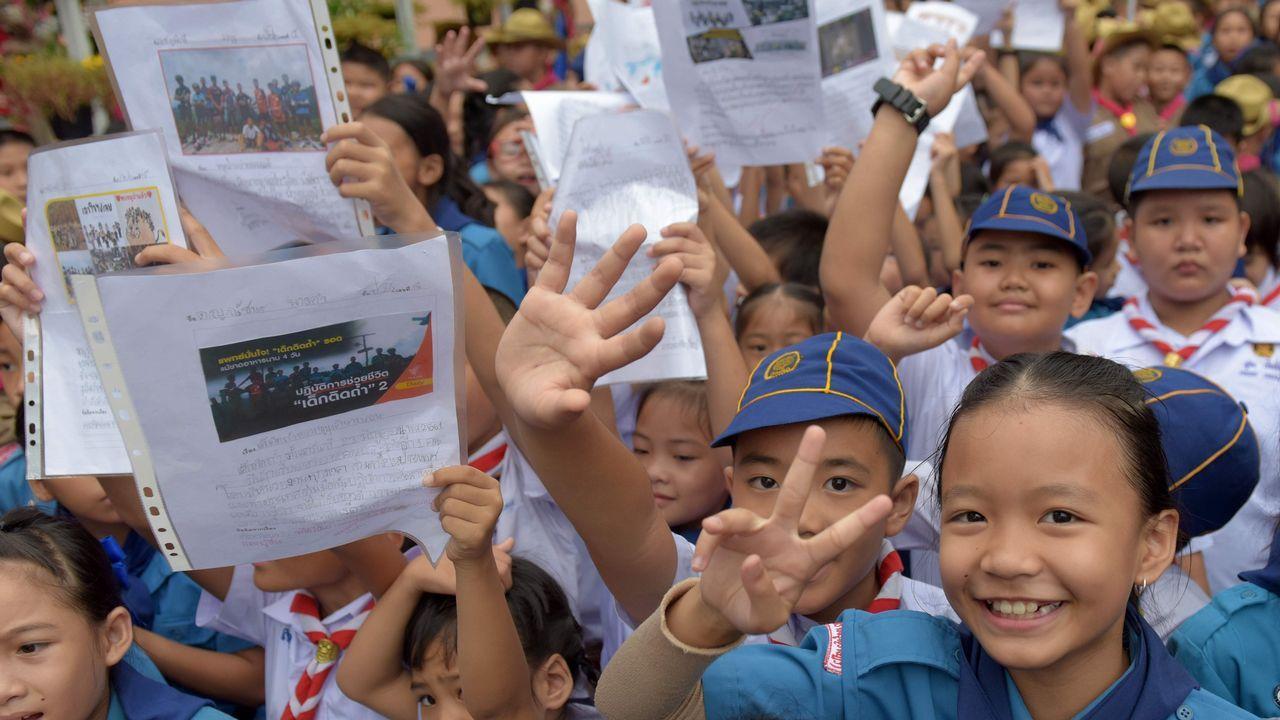 Niños tailandeses celebran la salida de los doces menores atrapados en la cueva junto a su entrenador