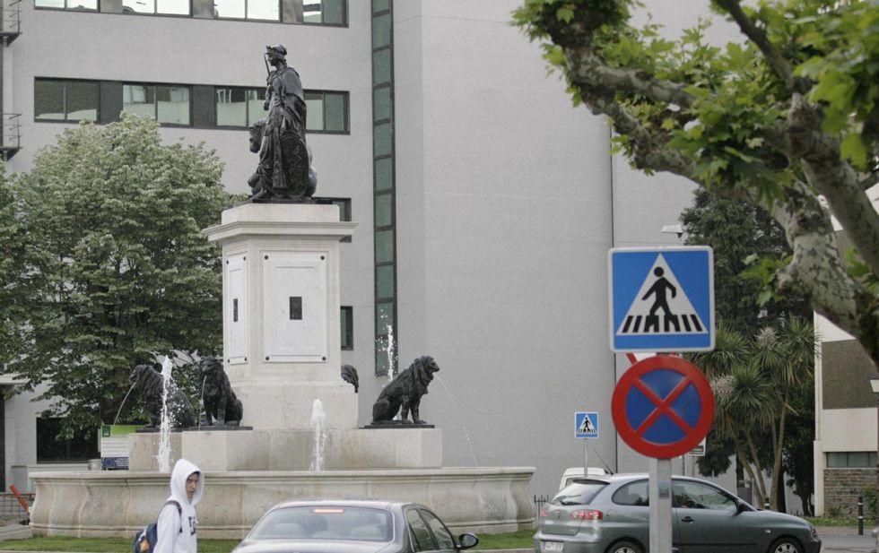 Los tres expertos de la Muralla con Aspnais.Las figuras de la matrona y de los leones de la fuente de la plaza de Avilés son réplicas de las originales.