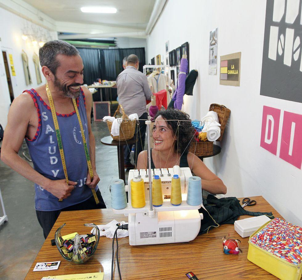 Los diseñadores Francisco y Patricia Soto se llevan los bártulos para coser en directo.