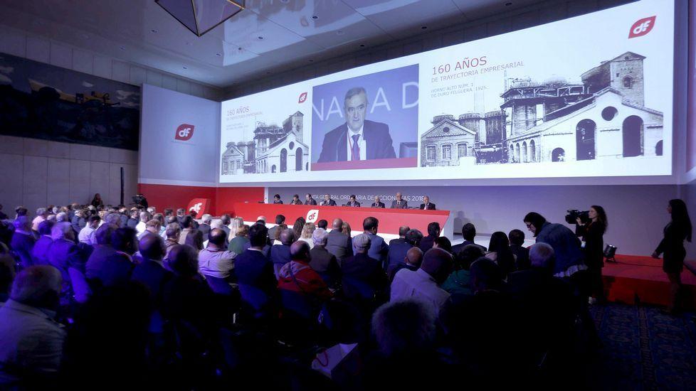 .El presidente de Duro Felguera, Acacio Rodríguez (c), durante la reunión de la junta de accionistas celebrada hoy en Oviedo, para ratificar el acuerdo suscrito con la banca para su refinanciación, que incluye una ampliación de capital de 125 millones de euros