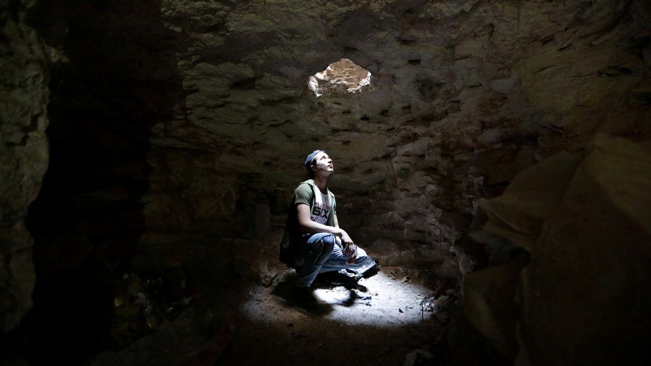 .Un hombre observa por la abertura de una cueva en Idlib (Siria)