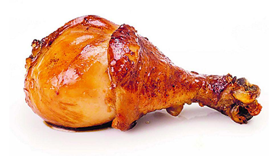 Pollo. Un muslo de pollo (102 gramos) tiene el mismo aporte calórico que la anterior.