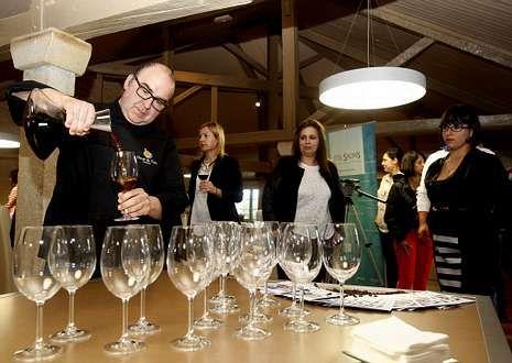 El barista Óscar de Toro escancia una infusión de café como paso previo a la degustación del pescado