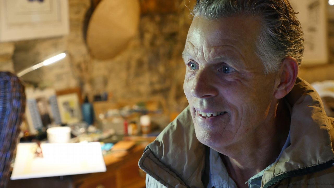 Arthur en su casa rehabilitada en A Balsa, Triacastela