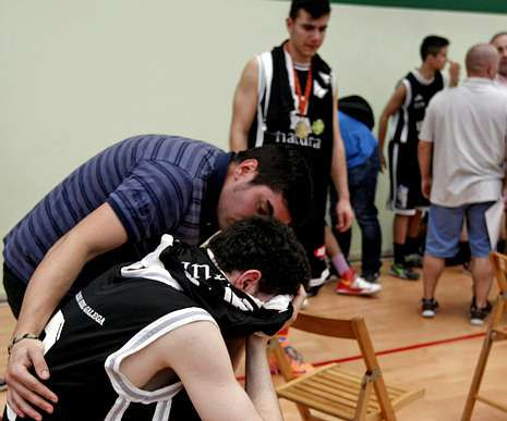 Un jugador del equipo lucense llora tras quedar eliminado.