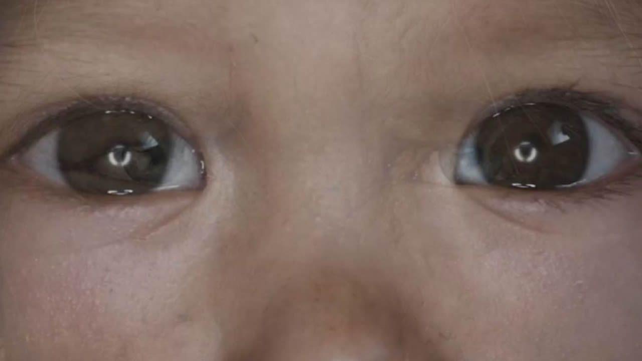 La mirada de un bebé representa a la especie humana actual en «Timelapse of the entire universe»
