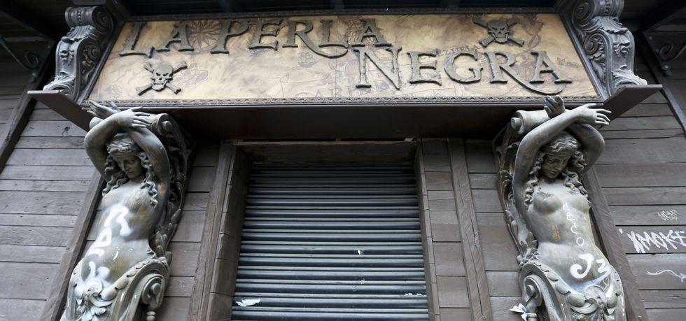 Actos de repulsa de la violencia machista en Monforte y Quiroga.Ayer por la mañana la verja metálica de la puerta de acceso a la Perla Negra estaba levantada y por la tarde ya aparecía cerrada.