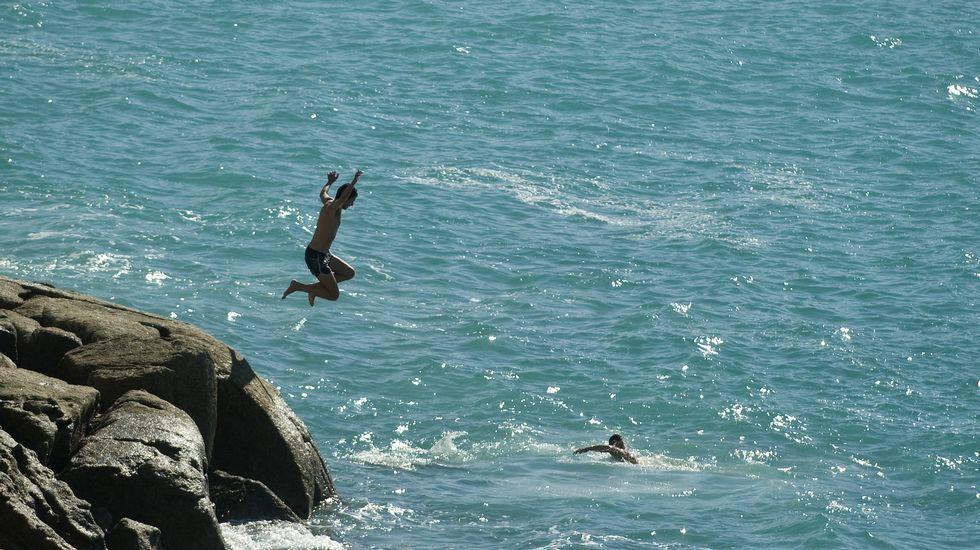 Dos chicos bañándose en la coruñesa playa del Orzán