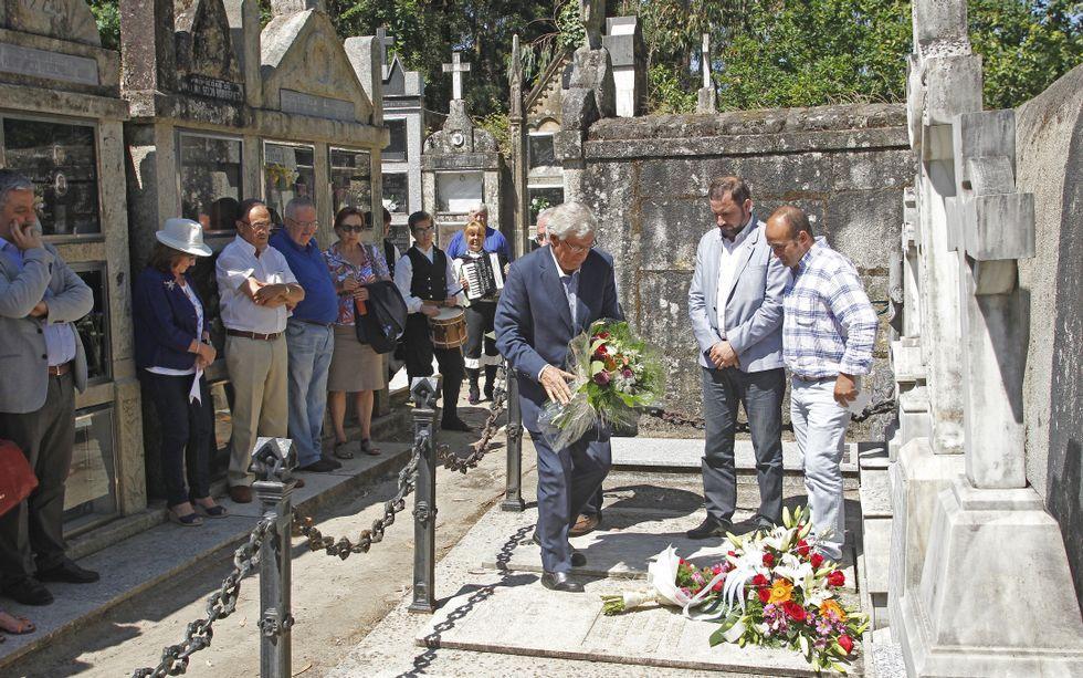 Los alcalde de Mondariz-Balneario, Salceda de Caselas y Mondariz durante la ofrenda floral.