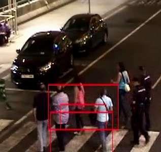 <span lang= es-es >Detenido</span>. En estas imágenes capturadas de un vídeo realizado por la Policía Nacional se recoge cómo trasladan y cachean a uno de los implicados en la red investigada en la operación Arkángel