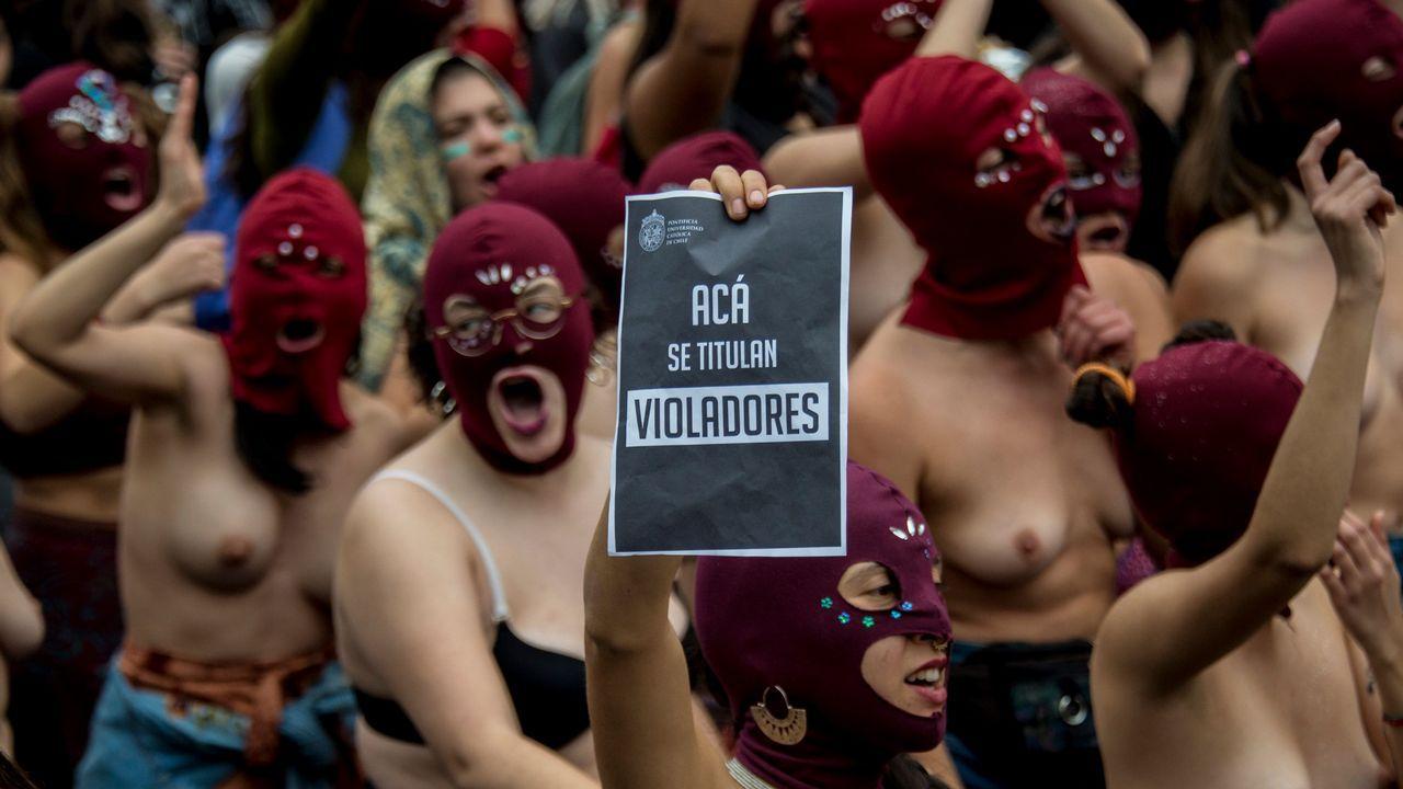 Protesta de estudiante en Santiago de Chile contra la educación sexista en el país