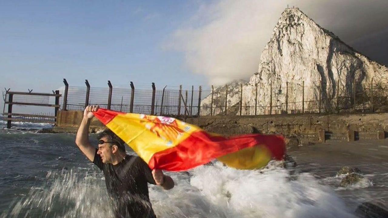Francisco Serrano (Vox): «La brecha salarial es una gran mentira».El dirigente de Vox Ortega Smith se zambulle frente al Peñón de Gibraltar ondeando una bandera de España