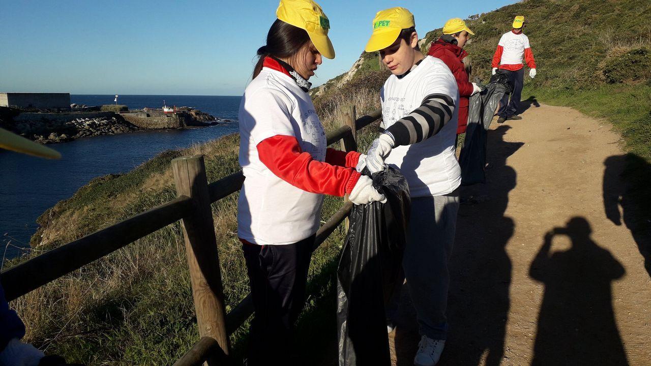 Voz Natura en el colegio Enrique Barreiro de Cambados.Una niña recogiendo plasticos en la playa