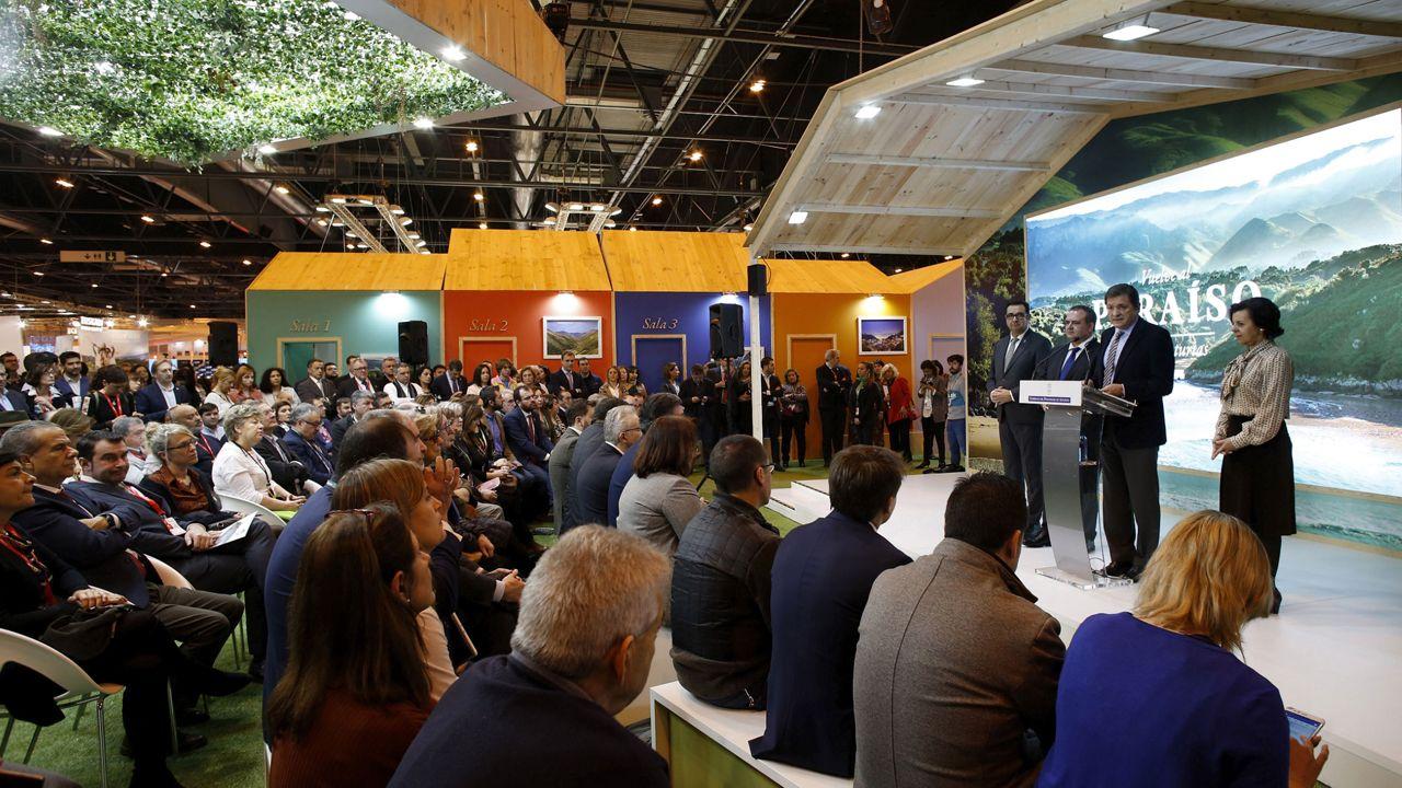 La moda ovetense, con estilo propio.El presidente del Principaos, Javier Fernández, y el consejero de Turismo, Isaac Pola, durante el día de Asturias en Fitur