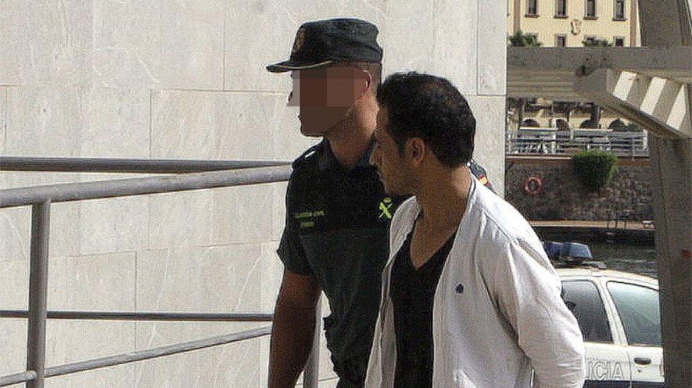 El hombre de nacionalidad marroquí que se entregó ayer tras asesinar a su expareja en Melilla.