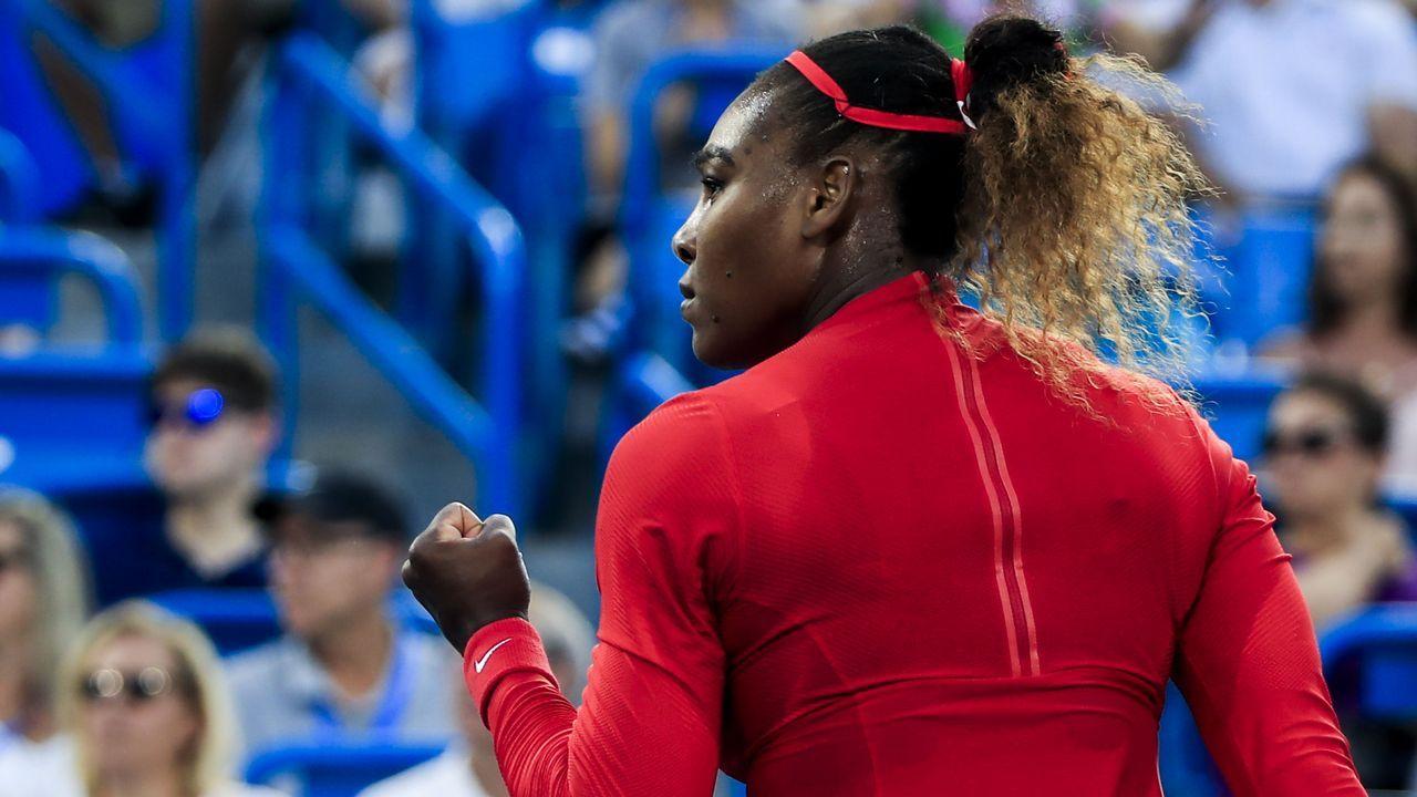 La estadounidense Serena Williams reacciona ante Daria Gavrilova de Australia, durante el Abierto Western & Southern de tenis, en el Linder Family Tennis Center, en Mason, Ohio (EE.UU.)