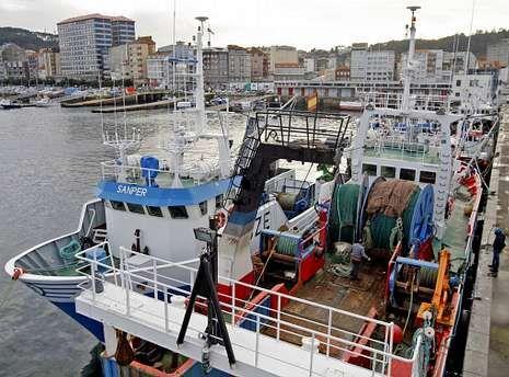 Barcos de arrastre, amarrados el pasado invierno en el puerto de Ribeira.