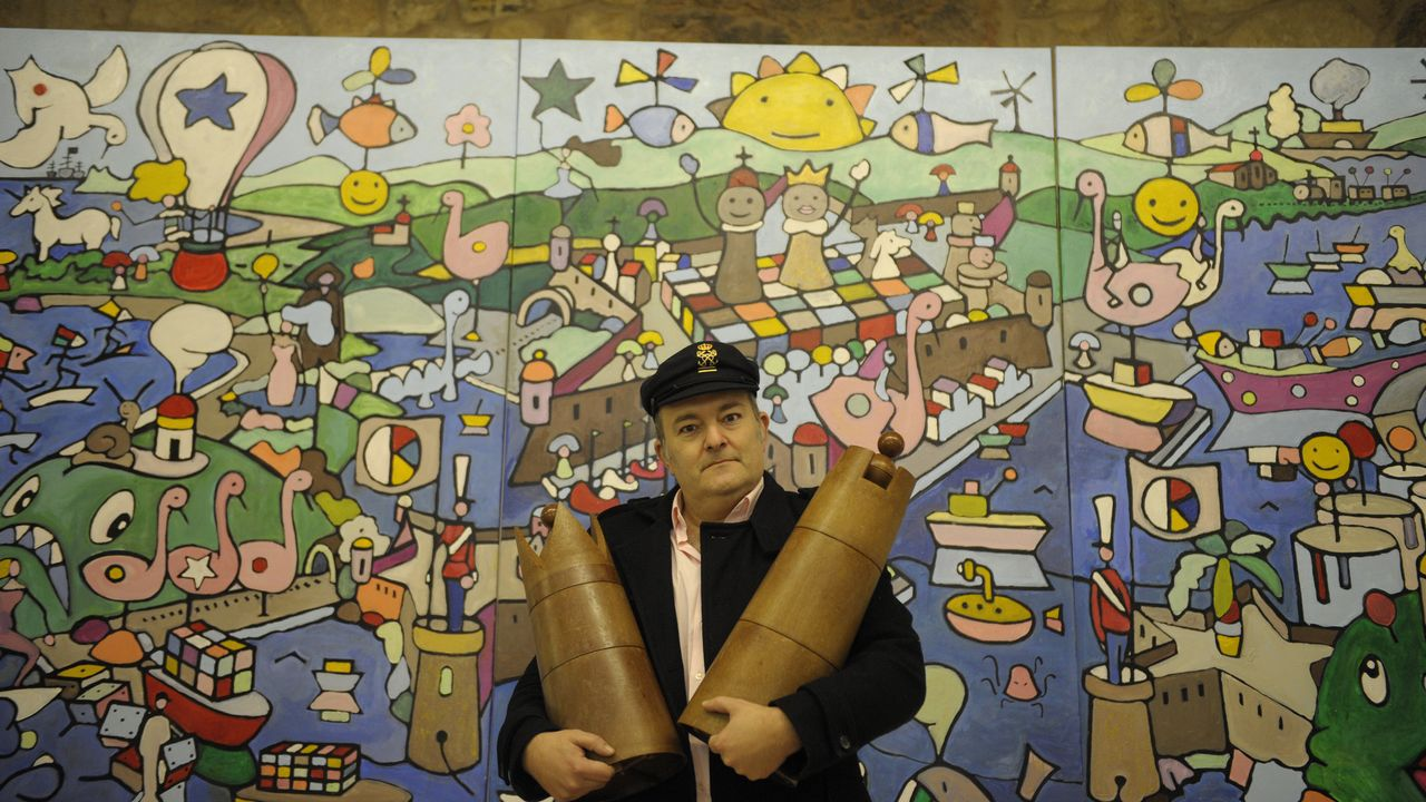 Valentín Lamas, delante del mural del Ferrol imaginario que ha bautizado como «Puerto Chocolate»