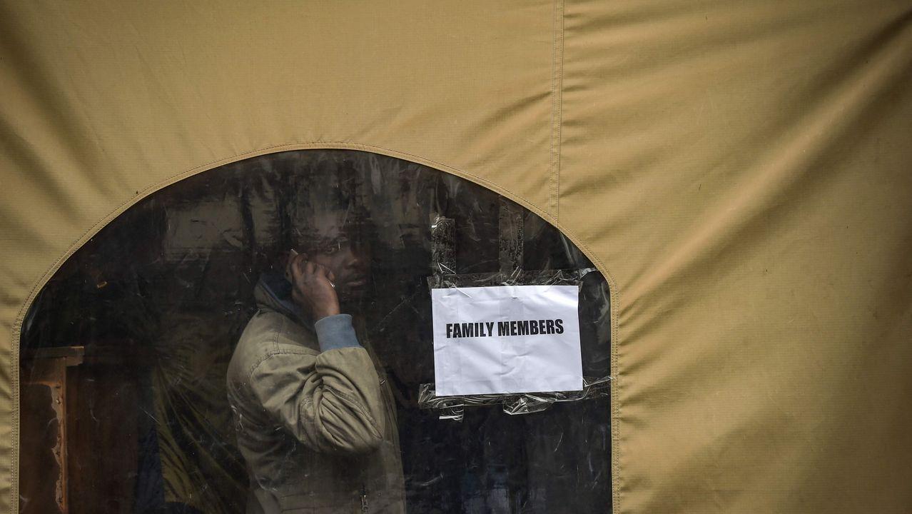 Un familiar espera en una tienda para la identificación de cadáveres de las víctimas del accidente aéreo ocurrido en Kenia, en el que murieron diez personas