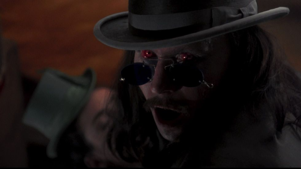 Con «Drácula», Coppola se propuso el reto de llevar a la gran pantalla a uno de los personajes que más interpretaciones ha conocido. El director decidió barnizar a este vampiro con una personal capa de romanticismo y humanidad, sin por ello dejar de lado la faceta más aterradora del monstruo que es su protagonista. Nos cuenta Coppola, apoyado en el texto de Bram Stoker, una historia de amor en toda regla, con sabor teatral y una inquietante atmósfera.