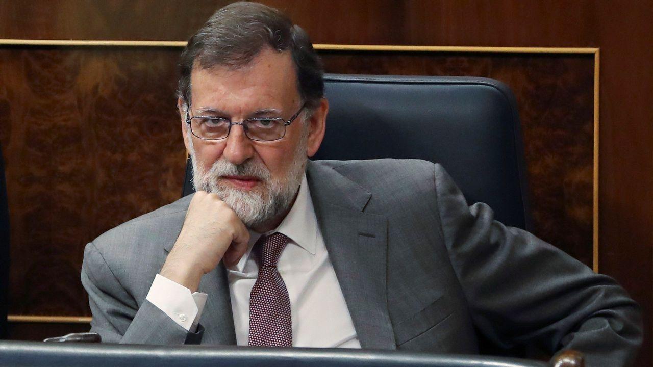 Alta tensión en el Congreso.Mariano Rajoy escucha la intervención de Pedro Sánchez durante la moción de censura.