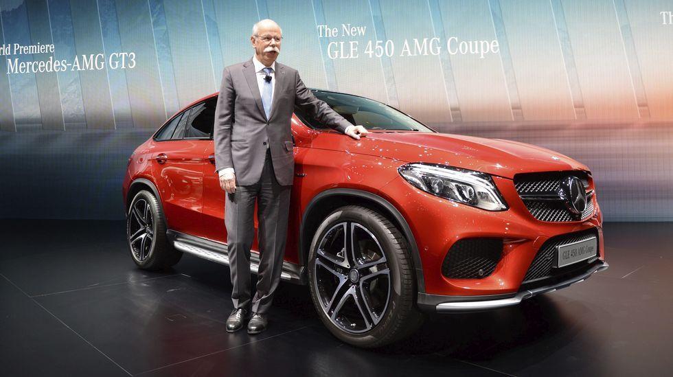 El presidente de Mercedes-Benz, Dieter Zetsche, posa junto al nuevo Mercedes GLE 450 AMG Coupe.