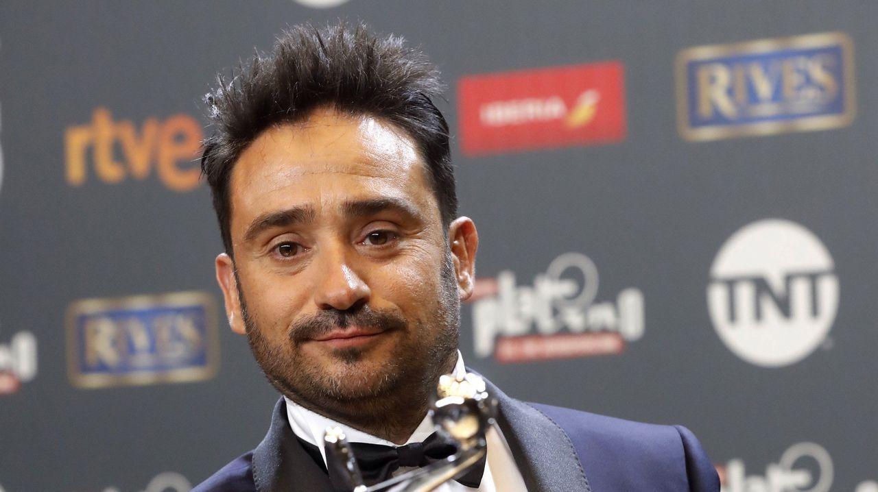 El español Juan Antonio Bayona, tras recibir el premio Platino a la mejor fotografía por la película «Un monstruo viene a verme»