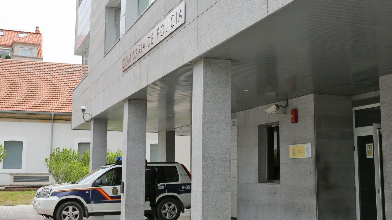 Roban a punta de pistola 16.000 euros en la tienda Kiwoko de Vigo.La Policía Local en el lugar donde se produjo el acuchillamiento en Lugones